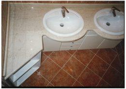 Fehér-festett-mdf-mosdó-gránit-tettő-lappal