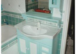 Festett-mdf-ajtóbetét-fürdőszoba-szekrény-és-mosdó
