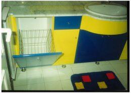 Festett-mdf-ajtóbetét-fürdőszoba-szekrény-és-szennyes-tároló